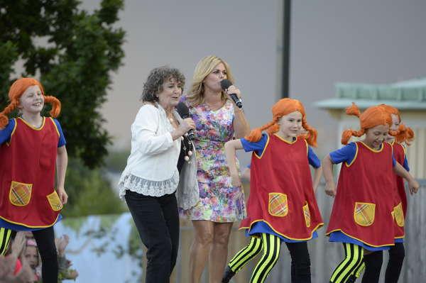 En rappande Siwan med dansande Pippis och Pernilla Wahlgren. Foto: Jonas Bilberg