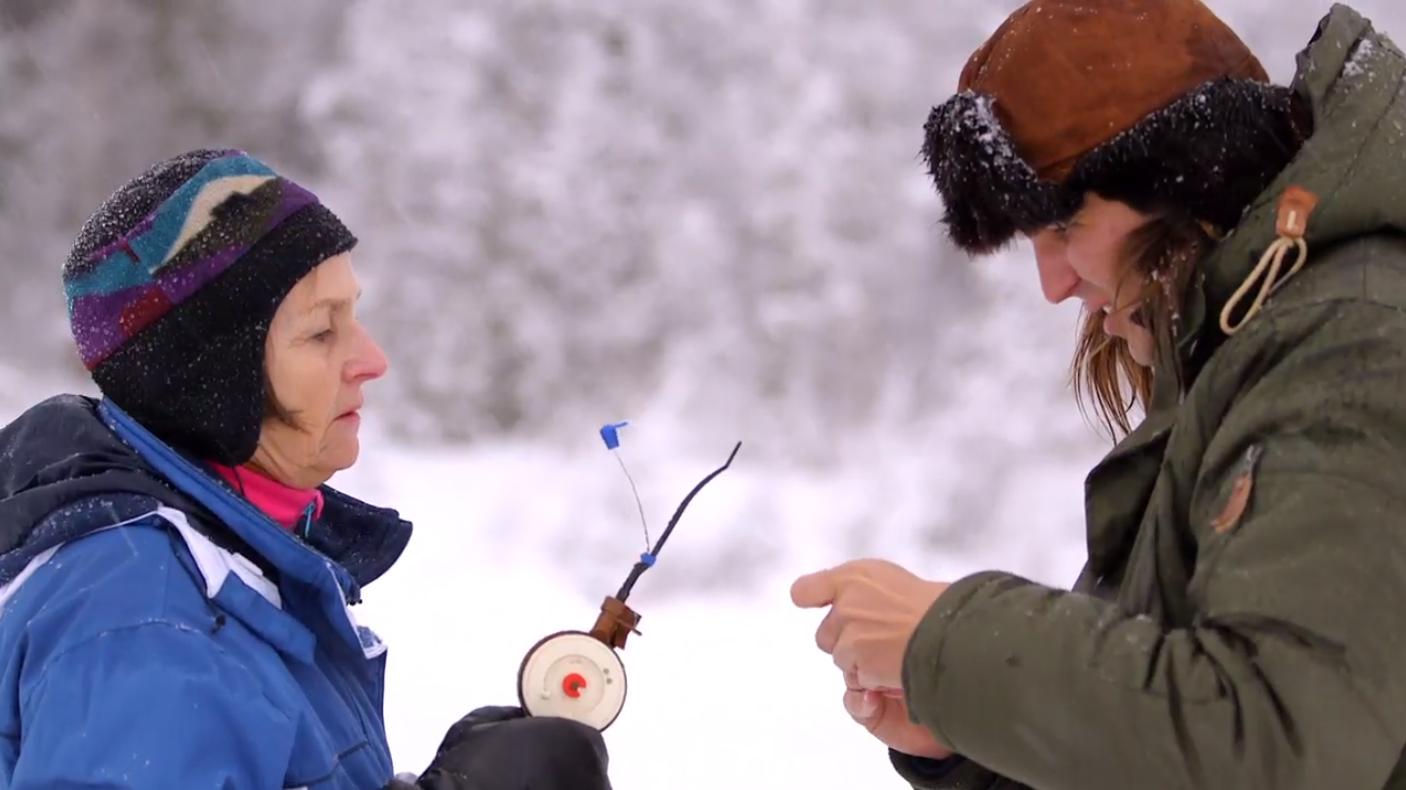 Kylliki och Markus Krunegård pimplar i Tornedalen. Foto: SVT