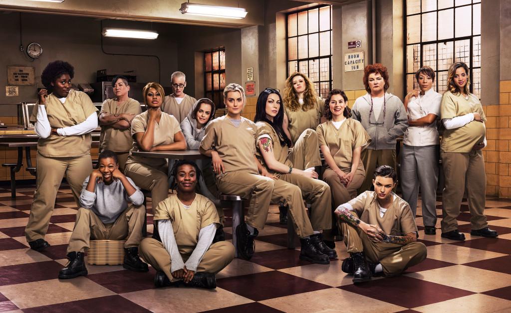 Bara en bråkdel av persongalleriet. Längst ner till höger sitter Stella Carlin (Ruby Rose), som är ny i gänget. Foto: Netflix.