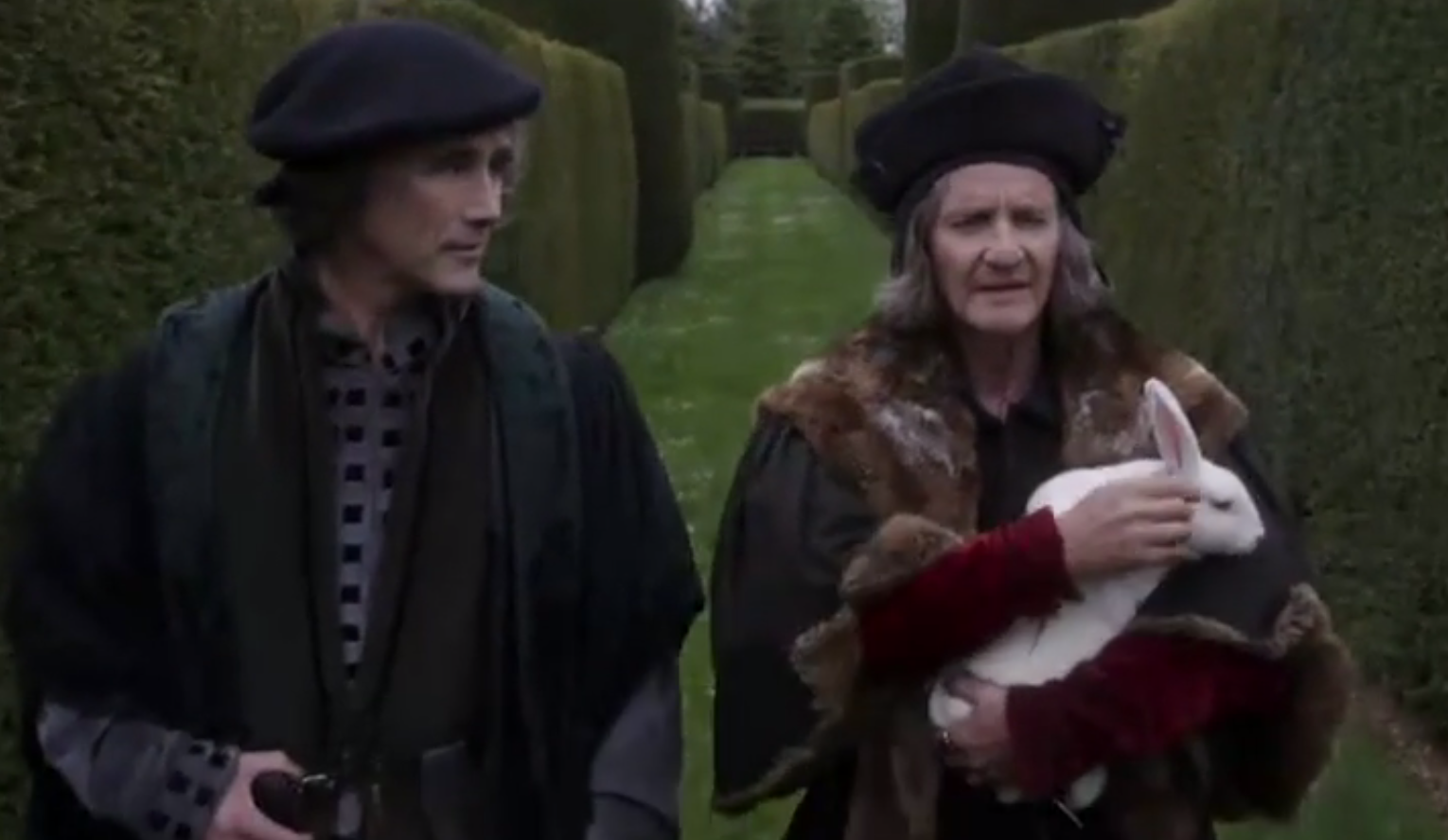 Thomas Cromwell (Mark Rylance), Thoms More (Anton Lesser) och en namnlös kanin.