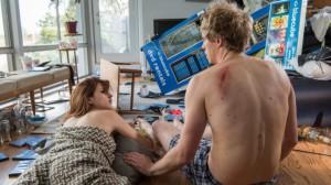 Gretchen Cutler (Aya Cash) och Jimmy Shive-Overly (Chris Geere) vakar upp efter ännu en romantisk afton ute på stan.