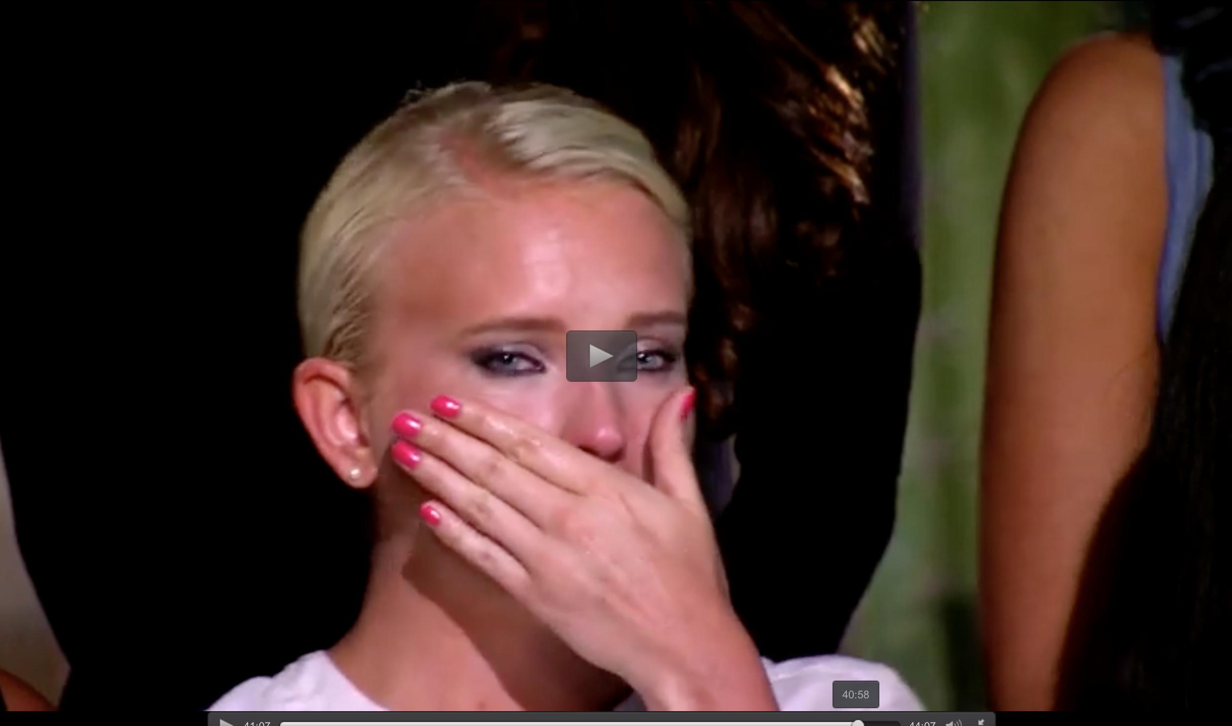"""Klara Lind i tårar efter att Pär Nilsson skickat hem Klaras bästa vän i """"Bachelor""""-huset."""