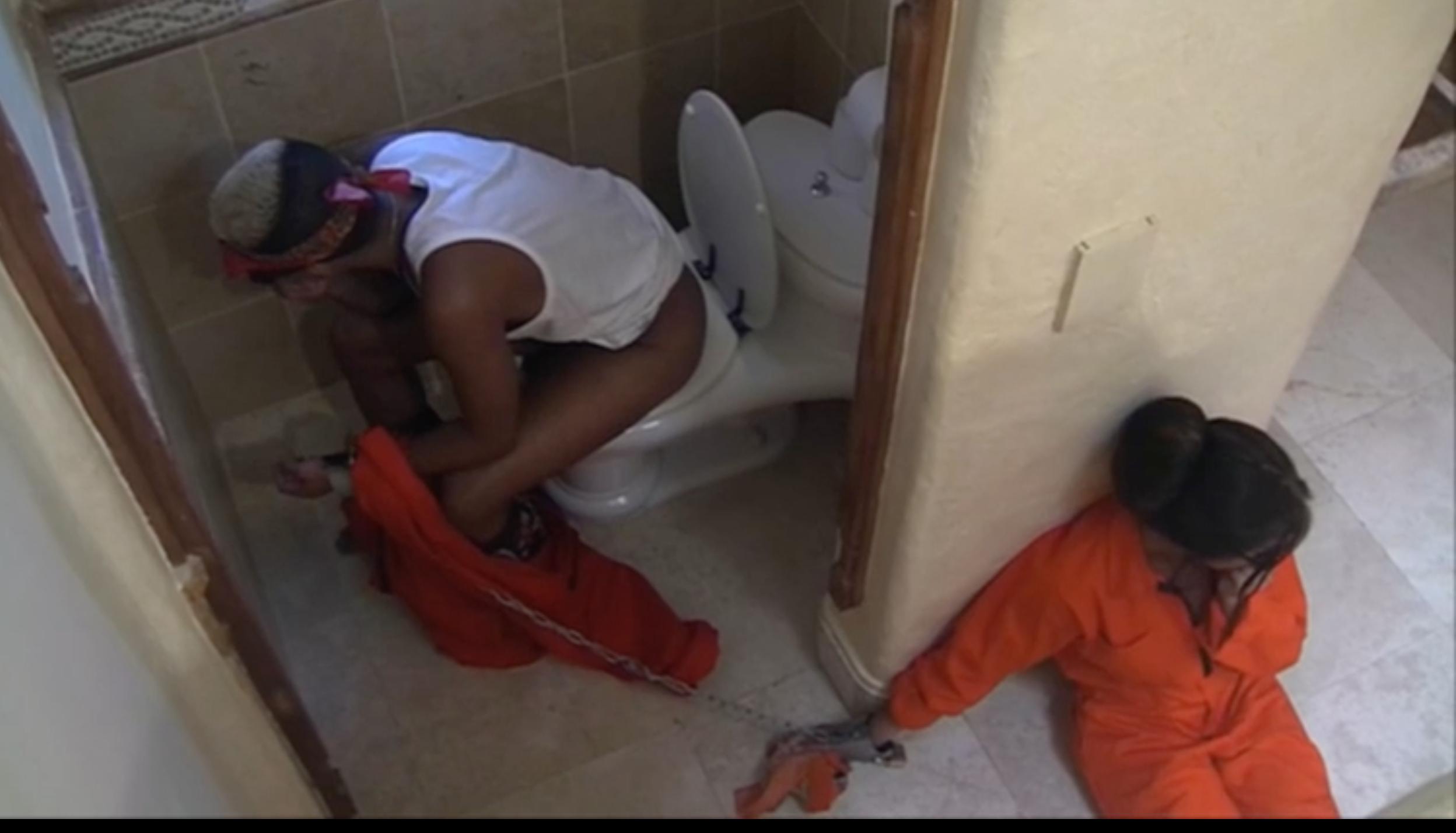 Emma härdar ut medan Mehdi sitter på toaletten.