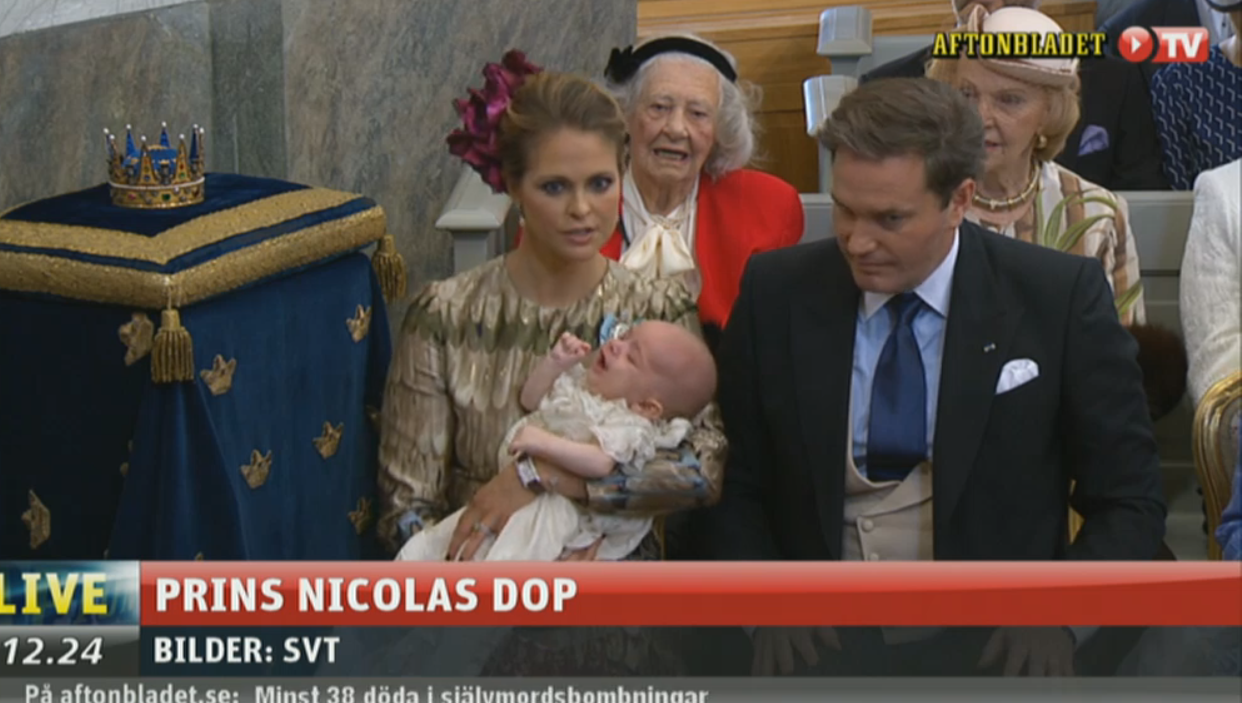 Prinsessan Madeleine försöker trösta lillprinsen.