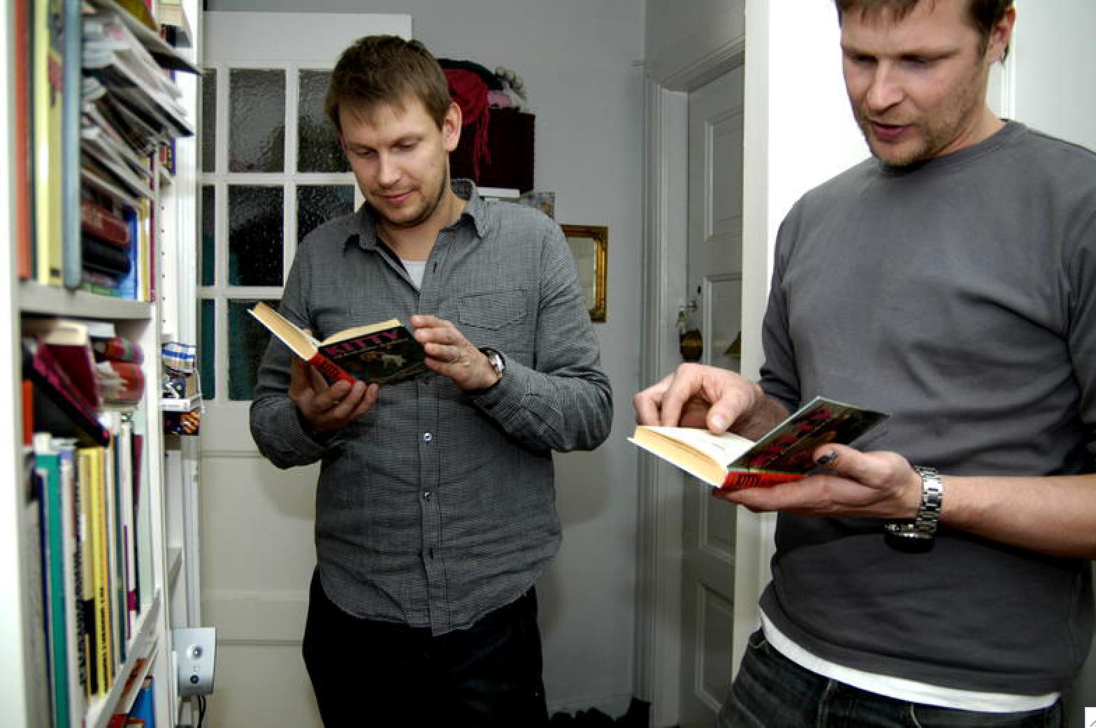 """Året var 2007. """"Roomservice""""-killarna Johnnie och Mattias var hemma hos mig för att ge stylingtips. Här """"hånar"""" de mig för mina Kitty-böcker i bokhyllan."""