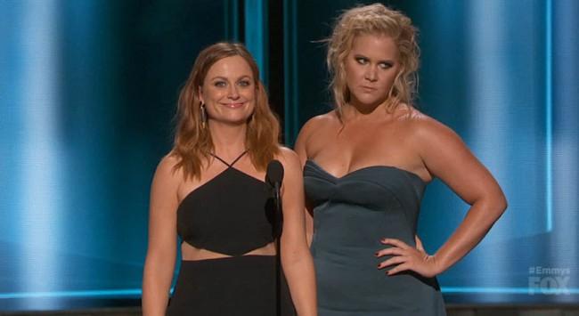 Två roliga Amys – Poehler och Schumer – på Emmygalan.