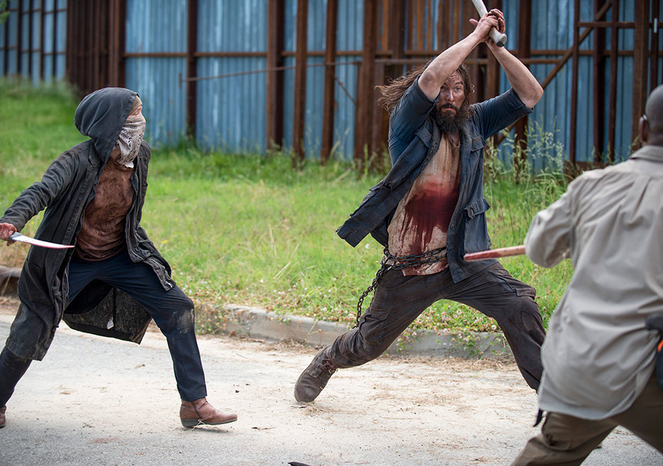 """Morgan tar sig an en av de mordiska """"vargarna"""" och får hjälp av Carol."""