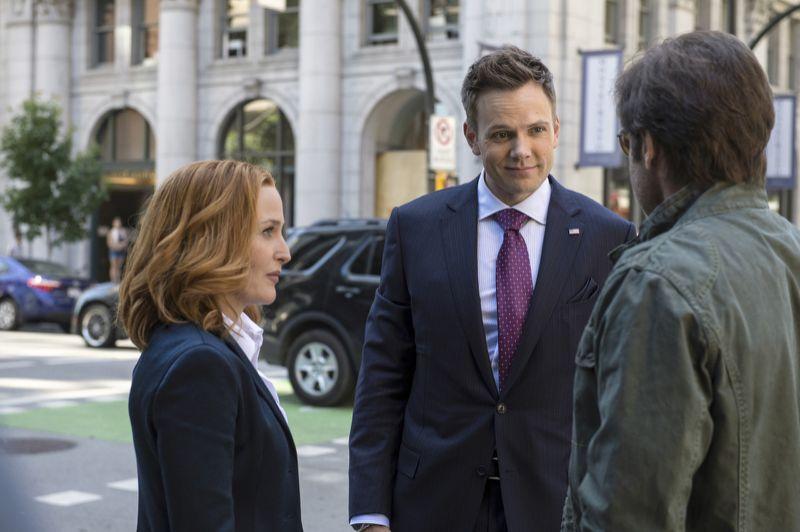 Klart Joel McHale är glad över att få träffa Mulder & Scully.