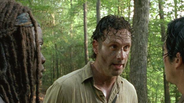 Rick (Andrew Lincoln) instruerar Glenn och Michonne.