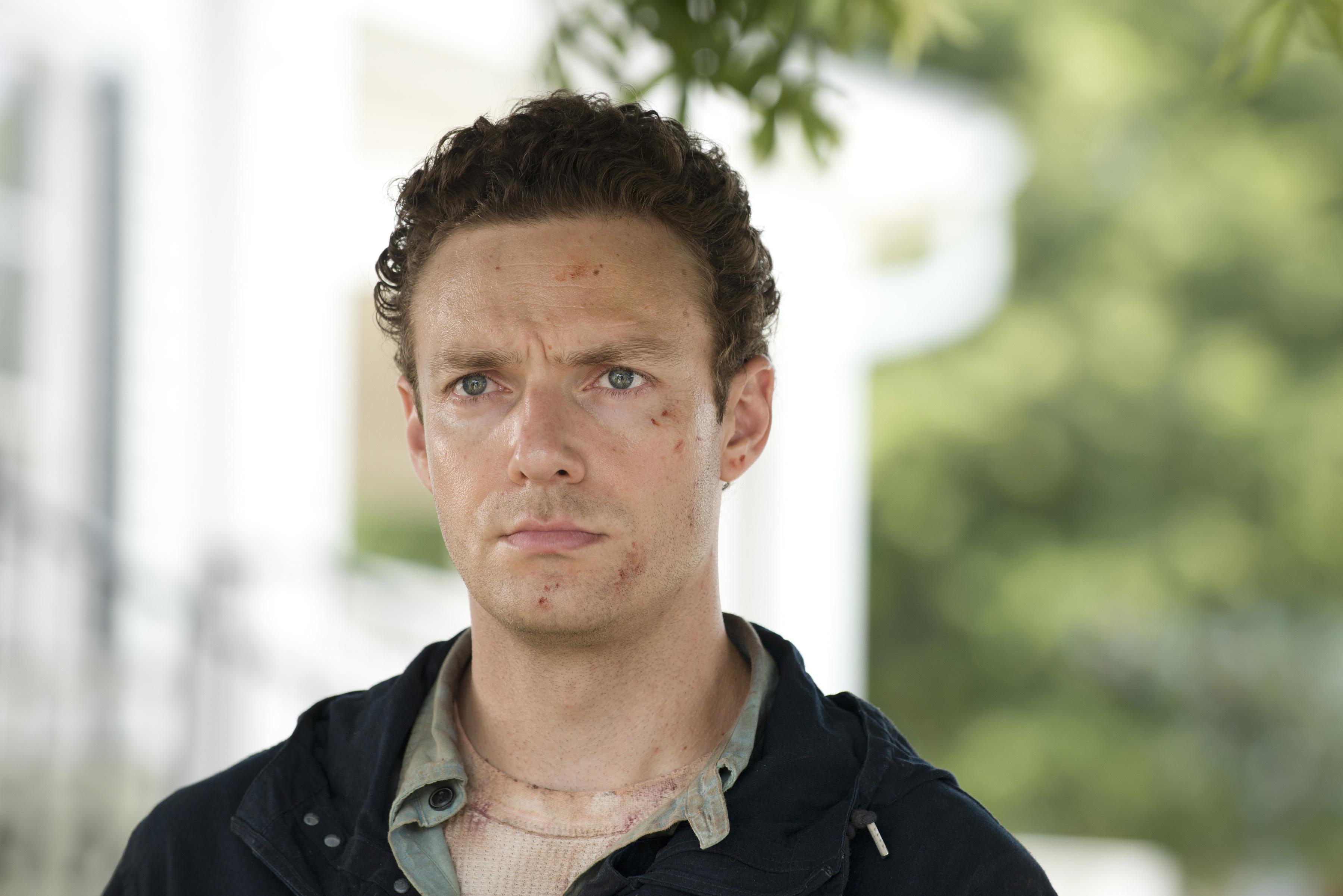 Aaron (Ross Marquand) försöker hjälpa Maggie efter Glenns försvinnande.
