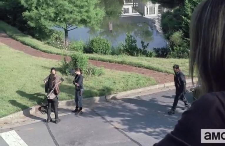 Deanna ser på avstånd hur Michonne berättar för Maggie att Glenn saknas.