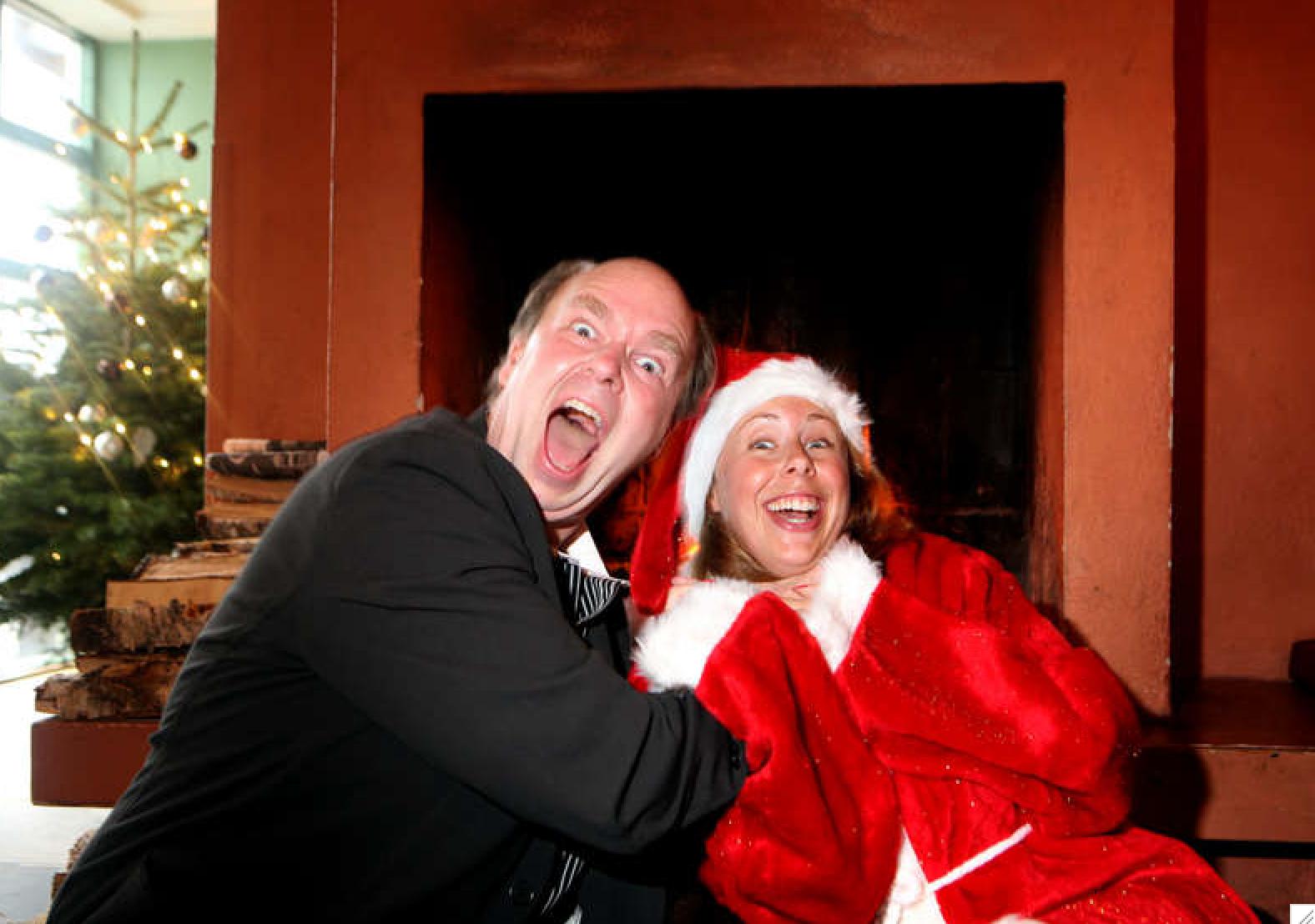 Programledaren och julvärden 2008 Lasse Kronér skojar till det när Helena Trus träffar honom iklädd tomtedräkt.