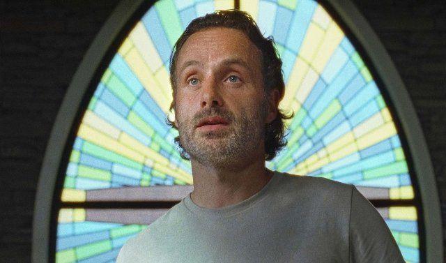 Rick talar i kyrkan.