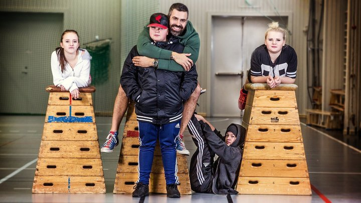 """""""Gympaläraren"""" Kalle Zackari Wahlström och några av hans elever. Foto: SVT"""