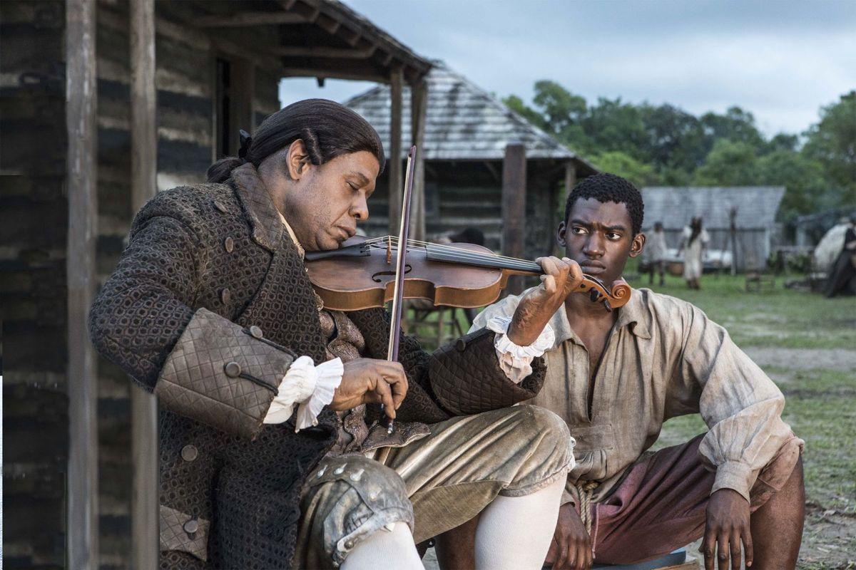 Forest Whitaker som Fiddler och Malachi Kirby som Kunta Kinte.