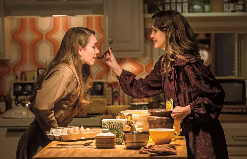 Keri Russell till höger, i tv:s hårdaste mammaroll.  Foto: FX.