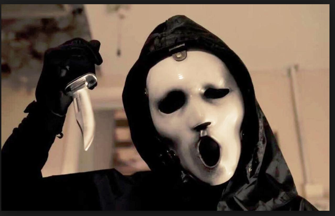 """Den nya """"Scream""""-masken i tv-serien """"Scream"""". Andra säsongen går nu på Netflix med ett nytt avsnitt varje vecka."""