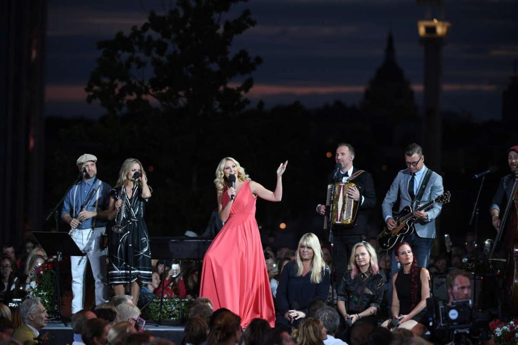 """När Sanna Nielsen avslutade årets """"Allsång på Skansen"""" avslöjade hon också att hon ska leda programmet även nästa säsong. Foto: MARCUS ERICSSON"""