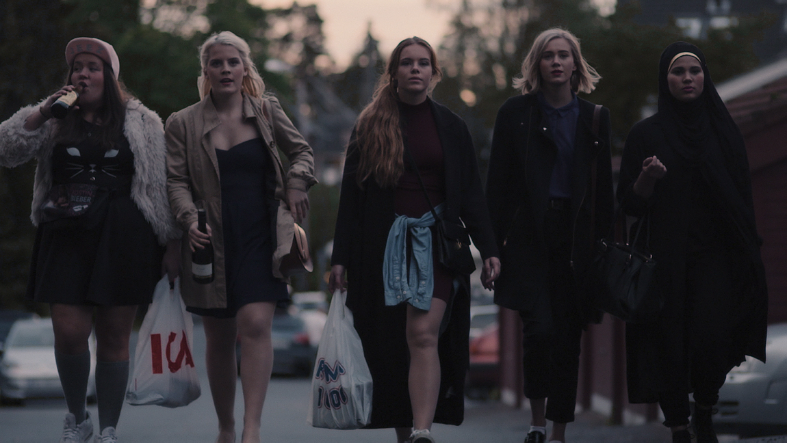 Chris (Ina Svenningsdal), Vilde (Ulrikke Falch), Eva (Lisa Teige), Noora (Josefine Frida Pettersen) och Sana (Iman Meskini). Foto: NRK