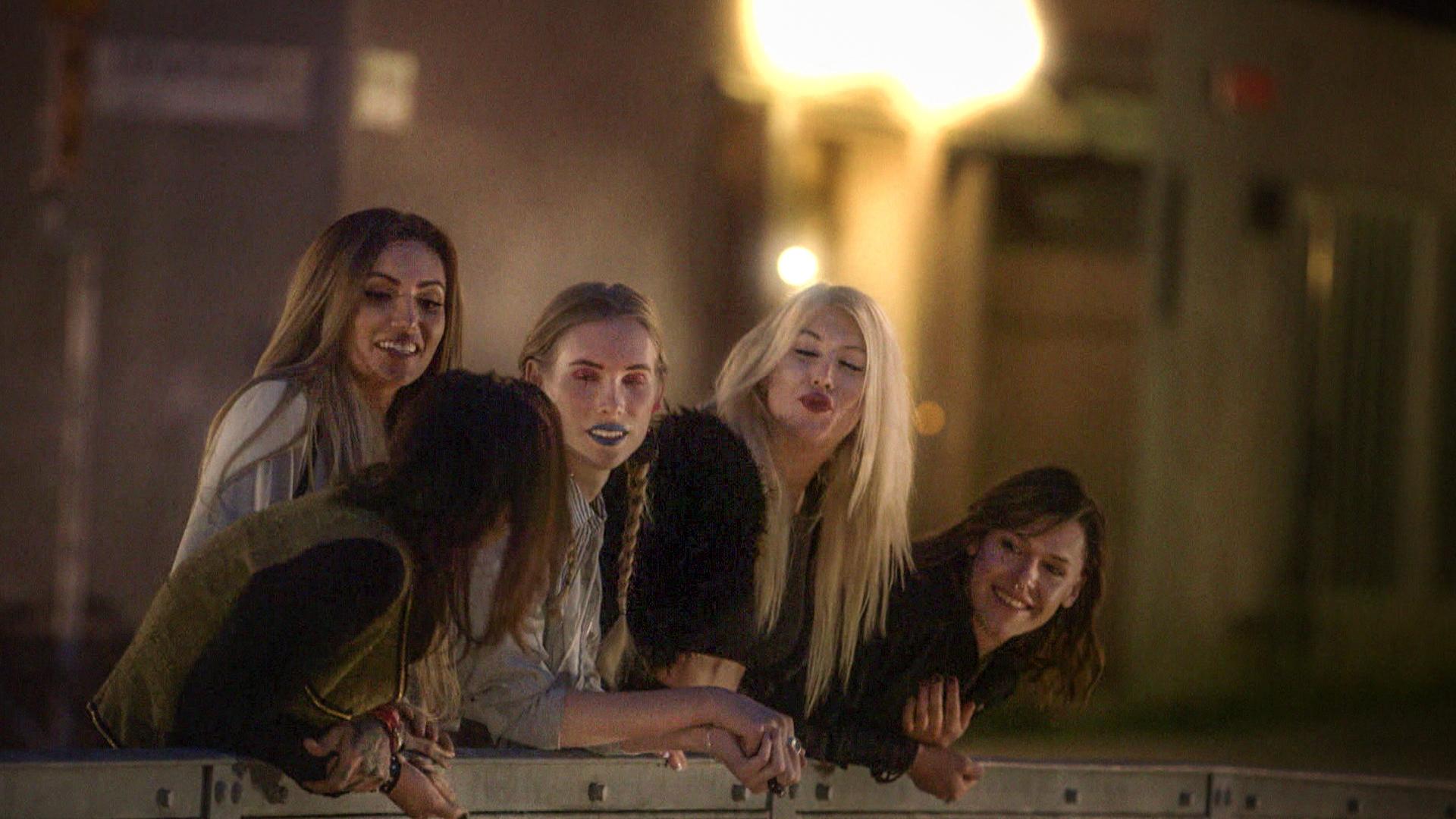 """Saga, Vanessa, Xenia, Ivy och Heidi i """"Tjejer som oss"""". Foto SVT"""