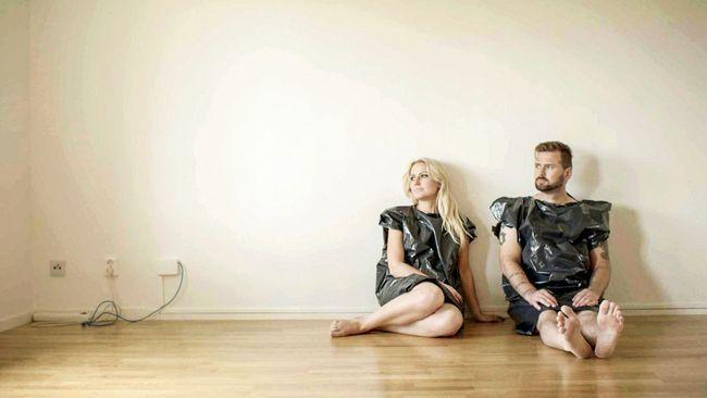 """Emir och Fredrika har tillverkat """"kläder"""" av soppåsar de hittade i tvättstugan. Foto: SVT"""