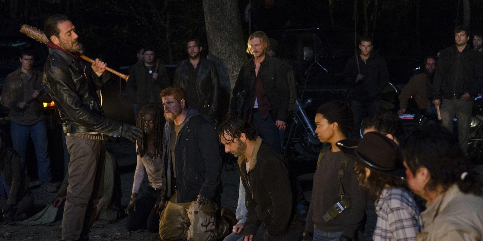Förra säsongen lämnades vi med vetskapen att Negan (Harry Dean Morgan) klubbar ihjäl någon i gänget. Nu vet vi vem. Foto: AMC
