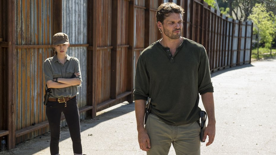 walking_dead_-_austin_nichols_-_christian_serratos_-_still_-_s07_e04_-_h_-_2016