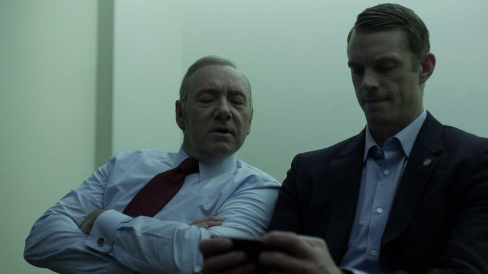 """Kevin Spacey och Joel Kinnaman i """"House of cards"""" – en av alla serier du nu kan ladda ner och se när du inte har något internet."""