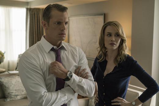 Joel Kinnaman och Dominique McElligott som Will och Hannah Conway. Foto Netflix.