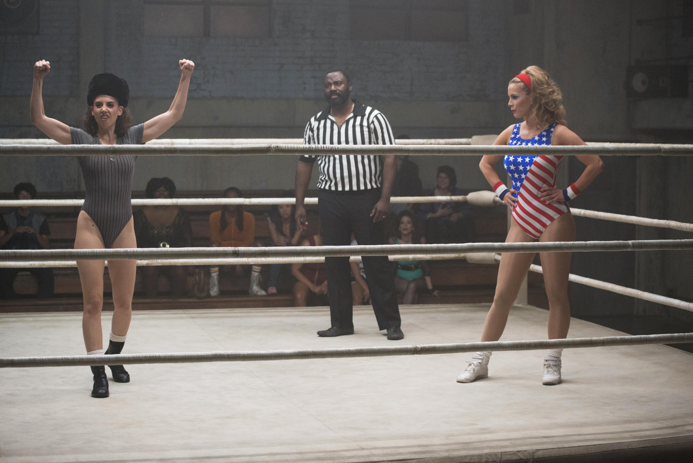 "Alison Brie och Betty Gilpin i ""GLOW""."
