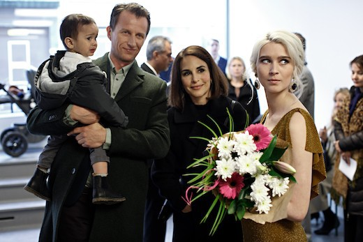 """Tobias Zilliacus, Alexandra Rapaport och Clara Christiansson i säsong tre av """"Gåsmamman"""". Foto: Johan Paulin/C More."""